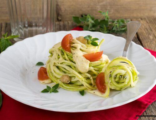 Spaghetti di zucchine con salsa di yogurt e ceci
