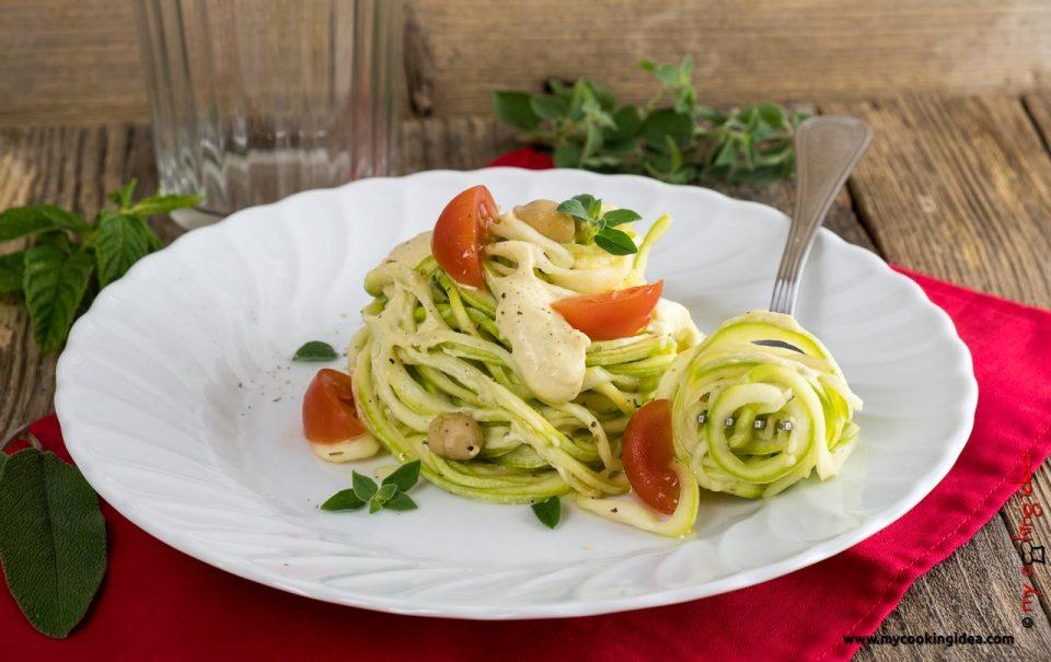Spaghetti di zucchine con salsa | Ricette facili
